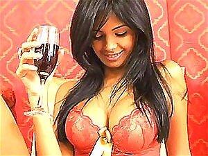 Linda Morena Peituda Bebendo Vinho Com Sutiã Vermelho Na Porn