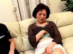 A Mãe Japonesa Excitada Tem Um Jovem A Satisfazer Os Seus Desejos. Porn