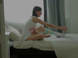 Uma Linda Garota Dedos Buceta Dela Enquanto Assiste A Um Vídeo Em Seu Computador Porn