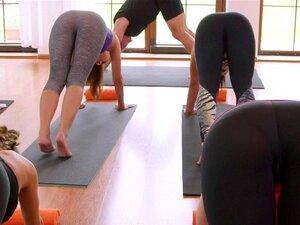 O Mestre De Yoga Come Adolescentes Loiras Sensuais Depois Das Aulas. Meditação Em Grupo E Aula De Yoga De Mulheres Muito Quentes Termina E, Em Seguida, Adolescente Sexy Loura Fitness Em Leggings Tem Aulas Particulares E Mestres Pau Duro Porn