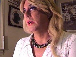 Uma Bela Travesti Mostra As Nádegas Em Conserva. Porn