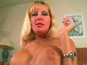 Lexi Foxx Em Filmes Adultos Maduros E Faciais, Lexi Foxx Tem Uma Grande Prateleira, E Quando Ela Não Está Fumando Um Cigarro Ela é Definitivamente Usada Para Fumar O Poste De Seu Marido. Lá Vai Ela Outra Vez A Chupar Bolas E A Puxar-lhe A Bola! Porn