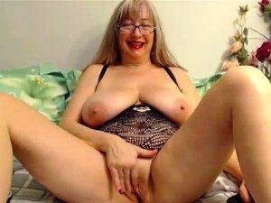 A Avó Boazona Não é Velha Para Se Masturbar, Está A Divertir-se Enquanto O Faz. Porn