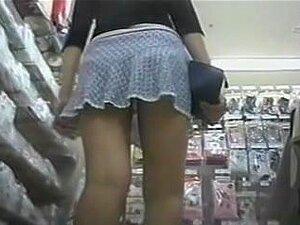 Espiar A Este Jovem A Calcinha Da Menina Em Um Mercado, Usar Tal Uma Mini-saia Curta Longa Pernas Gostosa Da Loja Imediatamente Chamou Minha Atenção. Eu A Seguia Até O Momento, Quando Ela Sentou-se Sobre O Trazeiro E Mostrou-me O Laço Panty Por Baixo Da S Porn