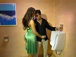 Cara Repuxa Morena Sexy Vestida No Banheiro Porn