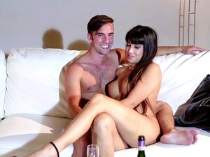 Casais Amadores Relaxarem Na Cama Nos Bastidores De Um Filme Pornô Porn