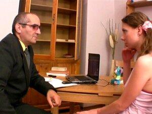 Explicações Sensuais Com O Professor. A Doce Querida Está A Receber Menos Tesão Do Velho Professor. Porn