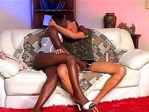 A Miúda Negra Joga Strapon Com O Seu BF, A Cabra Ebony Fica Excitada Quando Fode O BF.s Bumhole. Ela Usou Um Strapon Para Foder A Boca Dele Antes De Lhe Dar Perfuração Anal. Porn