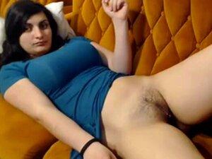 Linda Menina Tímida De índio Esfrega A Sua Sexy E Suculenta Rata Porn