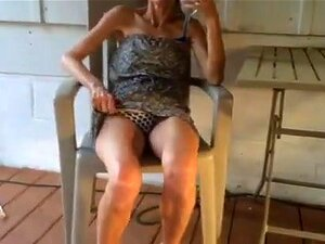 Mulher Magricela A Levantar O Vestido E A Mostrar-lhe A Rata Porn