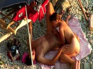 A Mulher Nua Sopra Suavemente O Pénis, A Mulher Nua Sopra Suavemente O Pénis Do Homem Enquanto Ele O Filma Com O Telemóvel. Porn