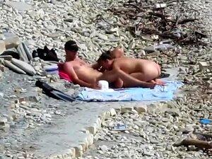 Uma Rapariga Sensual Pula Na Pila Gorda Do Namorado Na Praia Nua, Com Total Desrespeito Pelas Outras Pessoas à Sua Volta, Uma Miúda Solta Enfiou-lhe A Pila Grande Do Homem Na Boca E Chupou-a Com Força Antes De Lhe Martelar A Rata Orgásmica. Porn