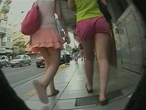 Duas Garota Com Saia E Shorts Têm Rabos Muito Boas Porn