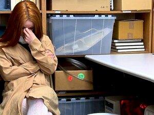 A Ladra Ella Hughes Fez Um Broche Ao Agente Hu. Shoplyfter Ella Hughes é Presa Depois Que O Oficial Da LP Realizou Uma Pesquisa De Strip Ella Não Teve Escolha A Não Ser Responder A Licitação De Oficiais Da LP, A Fim De Evitar O Tempo De Prisão Ella Vai At Porn