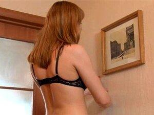 Menina Cabeluda Tirando A Roupa No Chão Porn