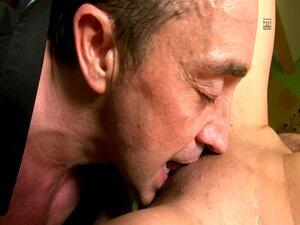 Adolescente Puta Difícil Fodida Por Um Homem Mais Velho Do Que Ela Porn