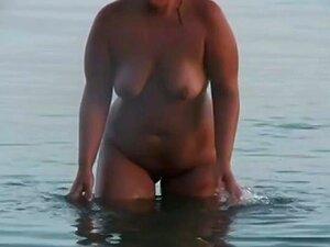 Um Casal De Velhos Na Praia . Porn