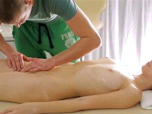 Boa Massagem E Sexo Para Uma Adolescente. Uma Miúda Atraente Faz Sexo Virgem Com Um Tipo Excitado. Porn