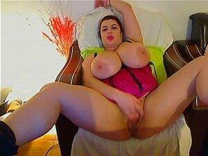 A Linda Cabra Gorda Eveline Masturba-se Na Webcam, A Vadia Sexy Eveline Brincou Com O Seu Enorme Juggs Neste Vídeo Da Webcam. Ela Também Lhe Meteu O Dedo Na Rata. Porn