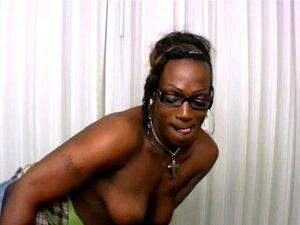 A Ebony T-girl Do Lado Come Uma Grande Carne Branca Em POV, A Cookie é Uma Miúda Ebony Shedoll Excitada Com óculos Que Adora Ser Perversa E Marota. Despe A Roupa Para Expor As Mamas Com Os Mamilos Escuros E A Pila Preta... Porn