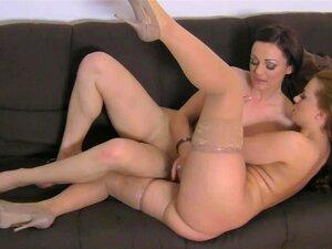 Bonito Amor Geena Obtém Em Sua Primeira Entrevista Porno, Bonita E Um Pouco Nervosa Querida Geena Leva Sua Primeira Entrevista Porno Com Uma Agente Feminina Neste Vídeo Porno De Realidade. Porn