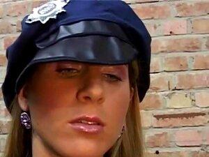Guardswomen Porra Sensual Prisioneiro Na Prisão, Olhando Para O Cara Musculoso, As Duas Vadias Estão Ficando Quentes E Eles Saltam Para Trás As Barras Para Brincar Com Ele! Eles Começam A Lamber Seu Corpo, Chupando Pau E Lambendo As Bolas. Ele Aproveite E Porn