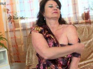 Uma Mãe Madura E Boazona Fode Com O Melhor Amigo Do Filho. Porn