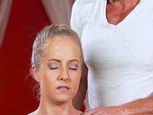 Loira Com Tesão Na Mesa De Massagem, Loira Gostosa Tem Tesão Na Massagem Enquanto O Massagista Era Lubrificar O Corpo Dela Deu-lhe O Boquete E Ele Lambeu E Fodeu Sua Buceta Lubrificada Até Cumshot Porn
