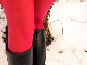 Meia-calça De Nylon Vermelho Na Floresta De Inverno Porn