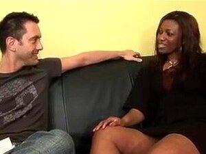 Uma Brasa Madura De Ebony Num Sexo Inter-racial. Cabra Negra Madura E Excitada é Entrevistada Antes De Ser Penetrada Por Galos Brancos Na Boca, Rabo E Rata. Porn