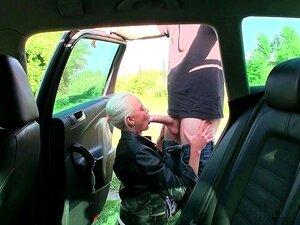 A Puta Loira Amadora Apanhada A Fazer Sexo Faz Broches Em POV. Porn
