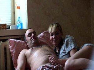 A Loira Linda Quer Satisfazer O Seu Homem Chupando-lhe Os Pis. Porn