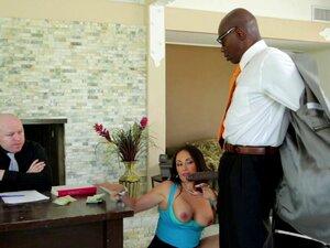 A Mãe E A Mulher A Foderem Com Um Tipo Negro Pendurado à Frente Da Sua Maridinha-Claudia Valentine, Sean Michaels Porn