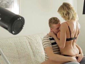 Vamos Jogar Naughty. A Bomba Loura Deste Vídeo Pornográfico Artístico De Cortar A Respiração Está A Sentir-se Divertida Esta Noite. Então Ela Liga A Um Amigo Bonito E Pede-lhe Para Vir Cá. O Tipo Bate-lhe à Porta Daqui A Pouco, E A Nossa Loirinha Excitada Porn