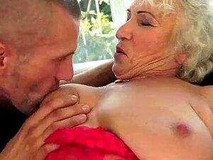 Maduras De Romance, Amor Não Tem Idade E Nem Velhas Como Norma Podem Ouvir O Apelo De Luxúria, Quando Eles Estão Com Um Homem Bonito, Jovem. Tão Bem Conhecido, Tomi é Um Grande Fã De Mulheres Experientes. Ele Gosta De Sua Experiência, Sua Devoção, Sua Lux Porn