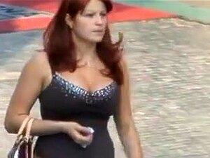 Babes Desavisados Adquirem Filmado No Rua, Voyeurismo Softcore. Méis Desavisados Recebem Suas Grandes E Saltitantes Scones Secretamente Filmados Lá Fora Na Rua. Porn