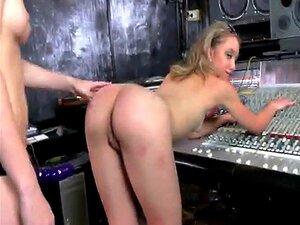 A Aspirante A Cantora Loira Fofa Sugou O DJ Babe Strap On Dildo Porn