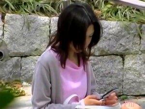 Elegante Gracinha Asiática Se Induzido Por Algum Sujeito Astuto, Vídeo De Agiotagem De Tentativo Putinha Japonesa, Verificando O Telefone Na Escada, Quando De Repente Um Cara Vem E Coloca Alguma Coisa Dentro Da Blusa Dela Antes De Fugir, Assim Então Linda Porn
