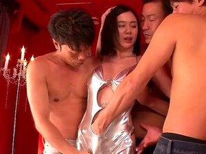 A Mãe Asiática Tem Três Pilas E Geme Alto Porn