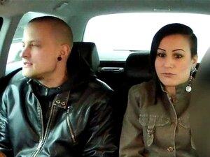 Europeia Casou-se Com As Preliminares Do Casal Em Táxi Falsa. Europeia Casou-se Com As Preliminares Do Casal Em Táxi Falsa Quando Driver Oferece-lhes Dinheiro Para Ménage E Em Breve Eles Tatuagem Babe E Gravando Sexo Na Cam POV Porn