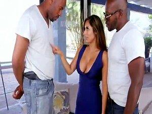 A Mãe Busty é Despida E Fodida Em Ménage à Trois Com Dois Homens Negros. Porn