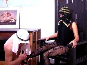 A Senhora Educa O Escravo árabe, Dominando - O. Amante Infeliz Com O Seu Escravo árabe A Aprender Lentamente A Adorar, Puniu-o Com Crucificação, Castidade, Cera Quente, E Depois Amarra-lhe O Rabo! Porn
