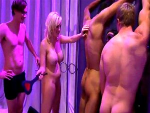 Grupo De Homens E Mulheres Sensuais A Divertirem-se Dentro Da Playboy Porn