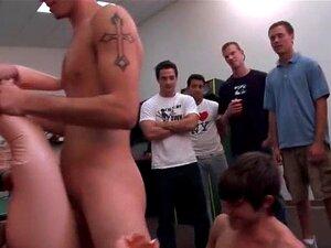 Quatro Caras Batendo Punheta No Jogo Quarto Part5 Porn