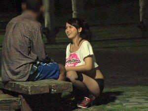 Parque Captador, Essa Garota Safada Vê Um Cara Sentado Sozinho No Parque, Então Ela Traz-lhe A Volta Ao Seu Lugar Para Uma Rapidinha. Porn