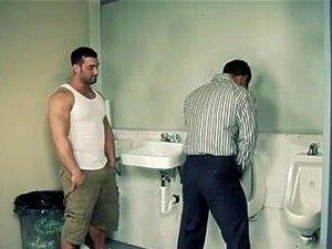 Parada De Descanso, Outros Vão Dois Caras Quentes De Tesão - Porno Gay No Banheiro Masculino, Conexão Gay Em Um Banheiro Masculino Em Uma Parada De Descanso - Fazem-no Chão, Levando Transforma Fodem Uns Aos Outros. Porn