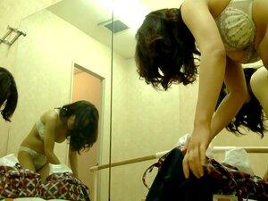Uma Dançarina De Balé Está No Camarim Se Despir-se De Uma Câmera Do Espião Porn