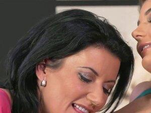 A Milf A Dedilhar O Busty Babe. Milf De Cabelo Preto A Acariciar A Pele Macia De Uma Morena Sexy Antes De Ela Revelar As Suas Mamas Grandes E Depois Milf A Beijar Os Seus Mamilos E A Apalpar-lhe A Rata Porn