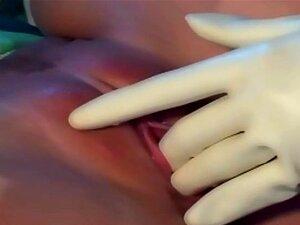 Enfermeiras Loiras Em Látex Uniformes, Meias E Luvas Em Um Trio Pervertido Porn