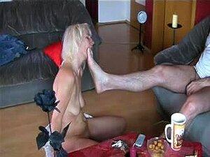 Adolescente Escrava Serve Seu Mestre Com A Boca, Loira Gata Adolescente Submissa Com Peitos Caídos No Chão Serve Seu Mestre Como A Boa Putinha Que Ela Realmente é. Porn
